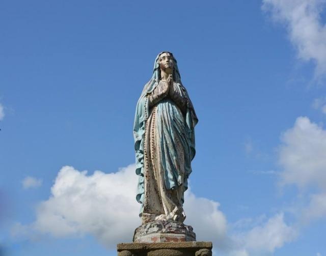 Em rodovia norte-americana, mulher garante a policial que é a Virgem Maria.