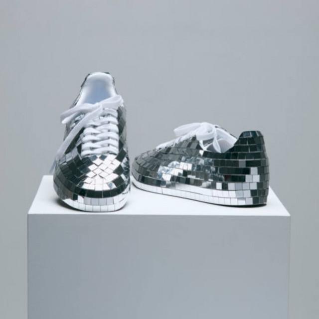 af764aedb38 Um tênis de globo espelhado foi a proposta da dupla Pet Shop Boys