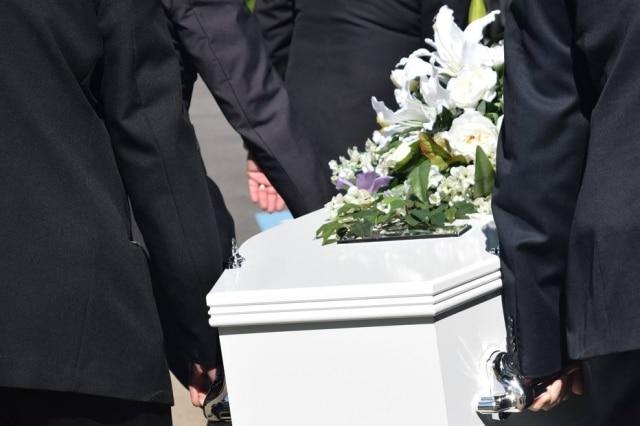 Uma família fez um funeral inusitado para o seu filho: o colocou jogando videogame e vestindo a camisa do seu jogador de basquete favorito