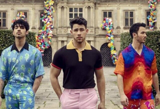O grupo Jonas Brothers é formado pelos irmãosJoe, Nick e Kevin Jonas.