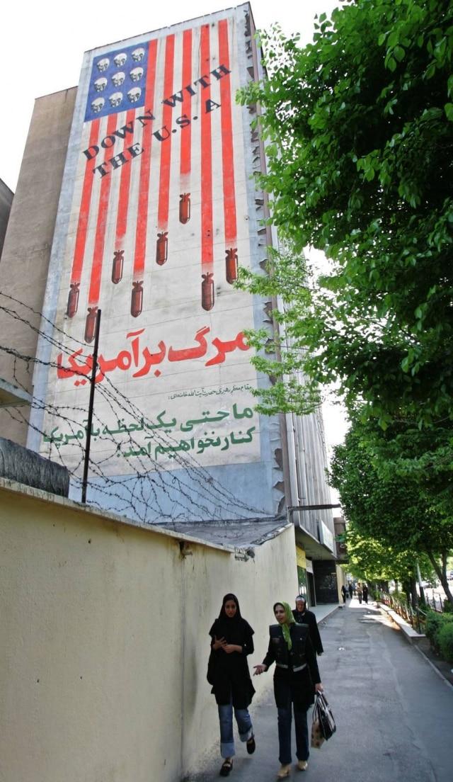 """Iranianas perto de prédio em Teerãcom a mensagem """"Abaixo os EUA""""em 13/4/2006. Foto: Armando Fávaro/Estadão"""