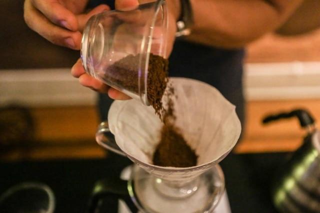 Café coados em filtros de papel pedem,em geral, moagem média.