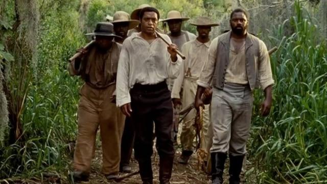 O roteiro do filme '12 Anos de Escravidão', filme premiado no Oscar de 2014, foi escrito porJohn Ridley com base no livro de Solomon Northup, um homemlivre que foi feito escravo e cuja vida é retratada na obra.