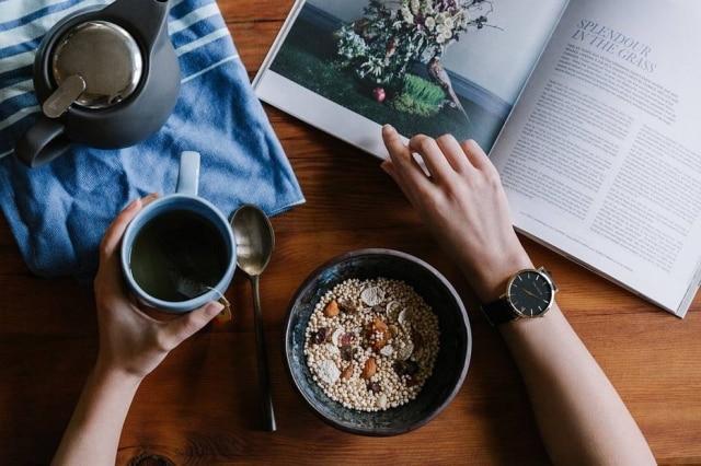 Cereais efrutas são alimentos recomendados para o café da manhã
