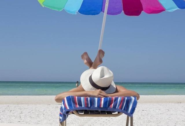 A primeira dica para aproveitara praia é não 'torrar' no sol. Portanto, evite ficar exposto das10h às 16h no horário de verão e das 9h às 15h no horário normal
