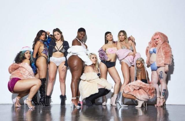Modelos posaram apenas de lingeries e casaco para a campanha
