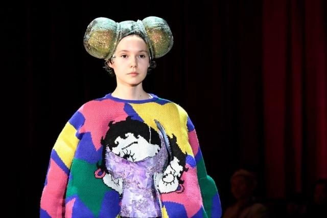 Penteados futuristas e cobertos por brilho foram destaque na passarela da francesa Comme Des Garçons