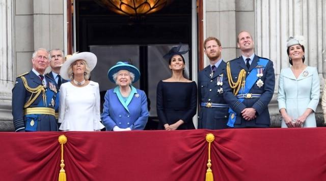 Família real britânica busca 'soluções viáveis' para que Meghan Markle e o príncipe Harry deixem as funções do alto escalão da realeza.