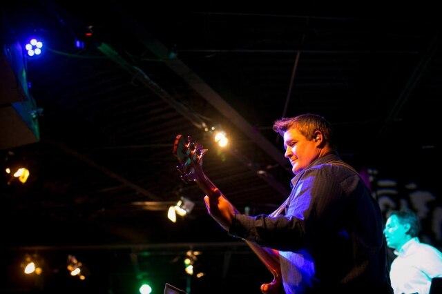 Danny Cahill tocando baixo durante um serviço em um igreja perto de Tilsa, Oklahoma, nos Estados Unidos