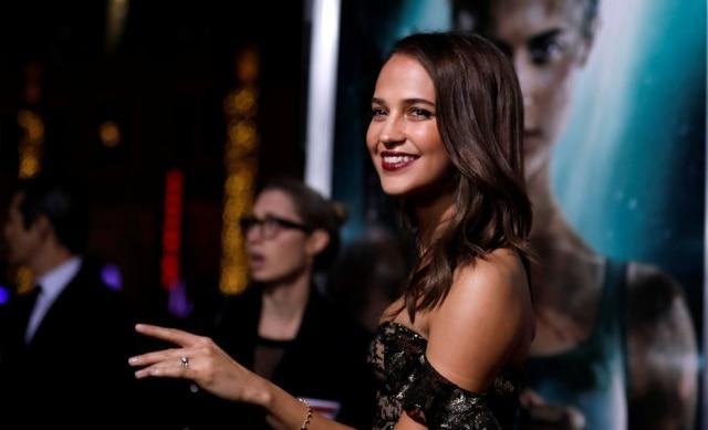 Fãs defenderam a atriz Alicia Vikander após ela ser criticada por não ter seios grandes o suficiente para interpretar a personagem Lara Croft em 'Tomb Raider'