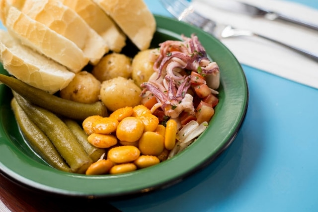 Retrô. Da vitrine de acepipes saemconservas e porções como tremoço, lulas a vinagrete, picles de cebola e um delicioso escabeche de sardinhavêm com fatias de pão francês
