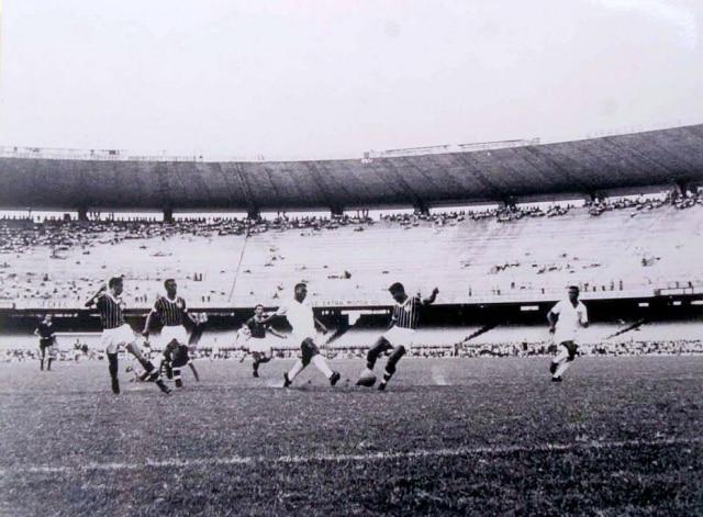 Segundadas quatro fotosdo gol de placa de Peléque estavamexpostas no Maracanã em 2001.