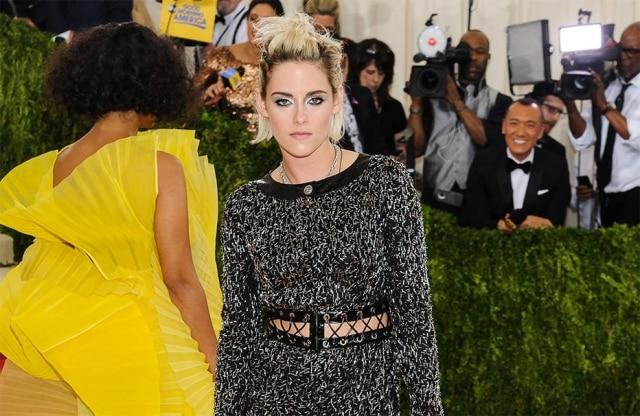 A atriz Kristen Stewart participou do baile do MET, em Nova York