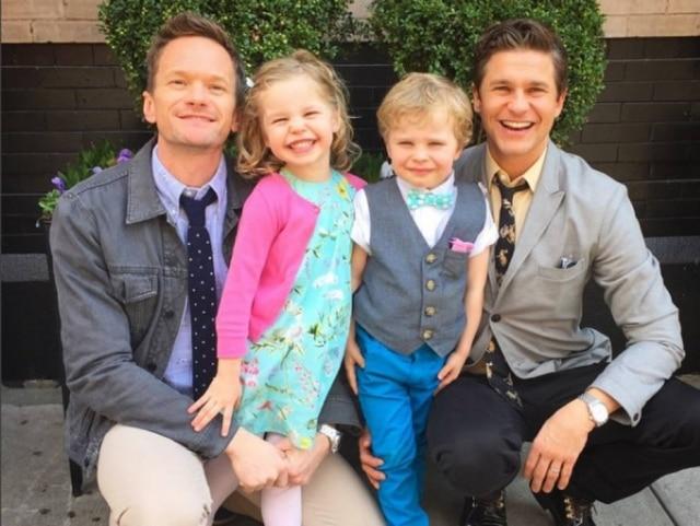 Neil Patrick Harris, David Burtka e os gêmeos Harper e Gideon na Páscoa em 2015