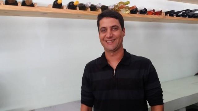Há 10 anos, o alagoano Guilherme Jucá é portador da polineuropatia amiloidótica familiar. A doença não o limita: ele já competiu em campeonatos de windsurf e carregou a tocha olímpiaca em Maceió.