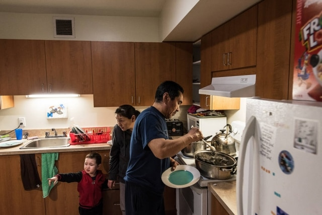 Tiisi Qisiiq e sua esposa, Siasi, comem os mexilhões, nutritivos, crus, apenas lavados e limpos.