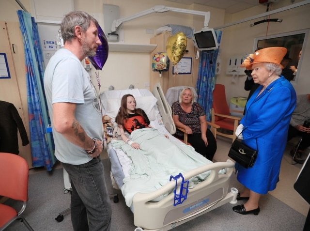Rainha Elizabeth II no hospital infantilRoyal Manchester Children's Hospital em Manchester