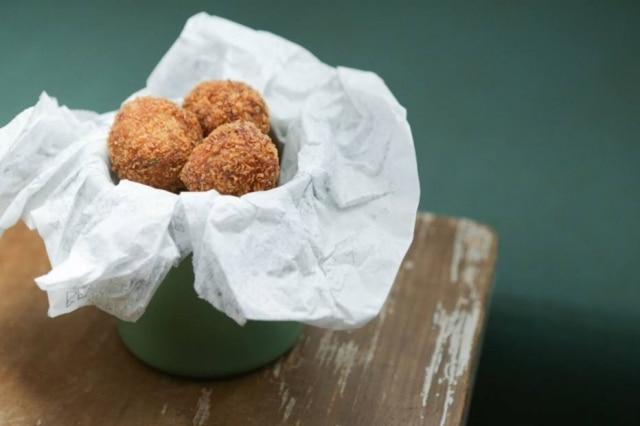 Para beliscar. Porção de bolinhos de cogumelos