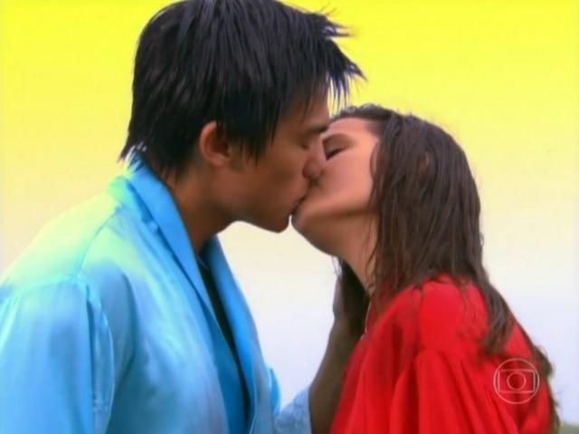 Cena do beijo entre os personagens Liu (Jui Huang) e Flor de Lys (Bruna Marquezine) em 'Negócio da China'. À época, a atriz tinha 13 anos e o ator 23.