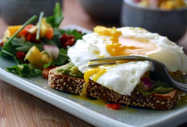 No ovo, a gema é muito rica em colesterol.