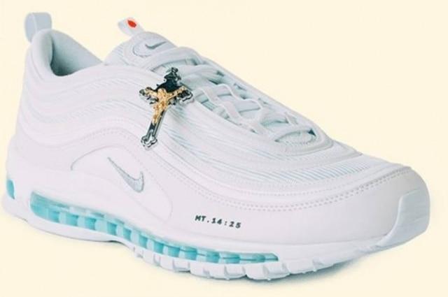 Vergonzoso Disponible Moler  Tênis de Jesus': Nike 'customizado' com água benta e crucifixo é vendido a  mais de R$ 12 mil - Emais - Estadão