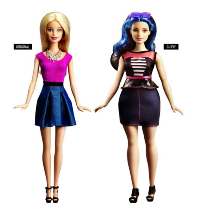 A boneca original ao lado da Curvy, uma versão com mais curvas.