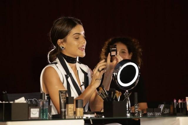 Camila Coelho em sua primeira aula de maquiagem