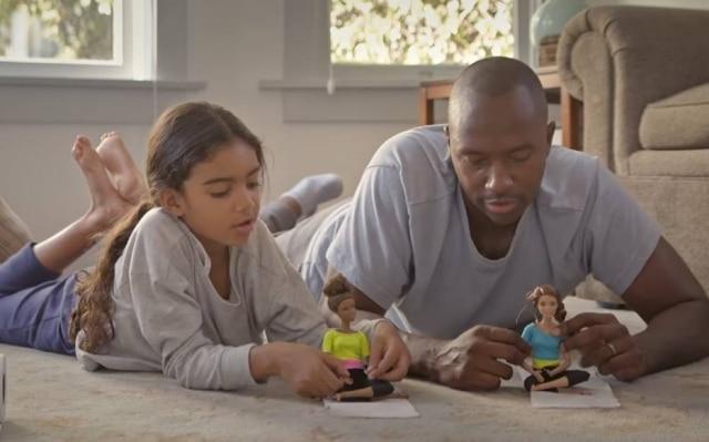 Barbie convida pais a brincarem de boneca com suas filhas.
