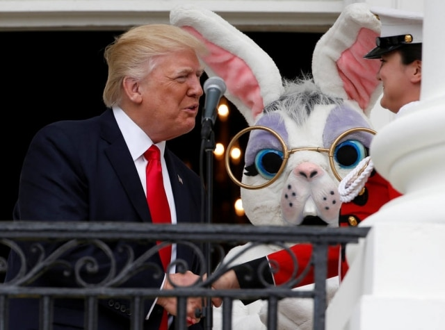Trump é observado pelo coelhinho da Páscoa, em 2017.