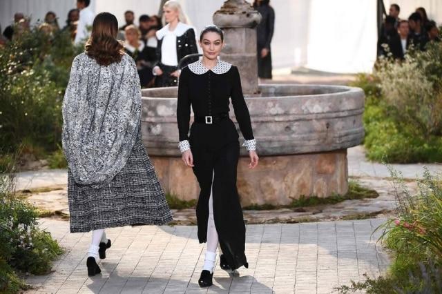 A modelo Gigi Hadid participou do desfile realizado pela Chanel na Semana de Moda de Paris