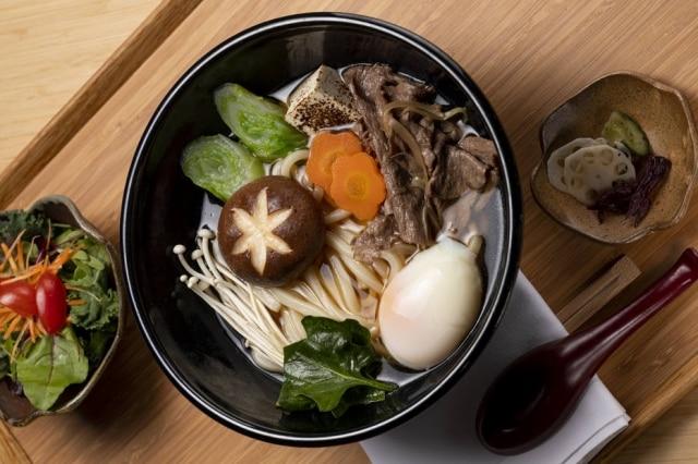 Sukiyaki da chef Telma Shiraishi, do Aizomê, pode ser pedido e finalizado em casa.