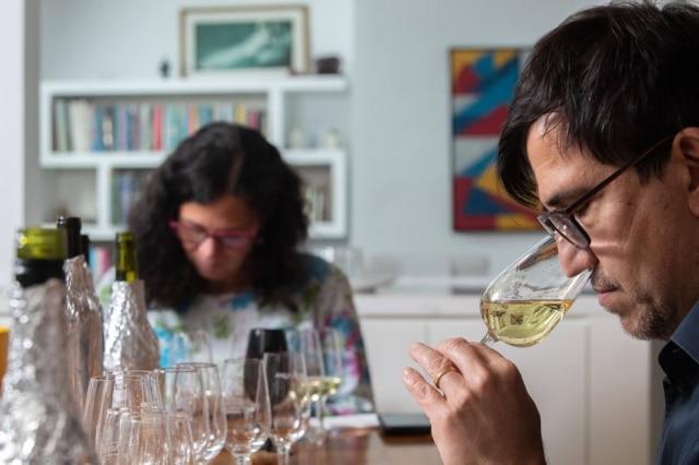 Degustação de 12 vinhos brancos com estrutura que permite enfrentar as noites mais frias