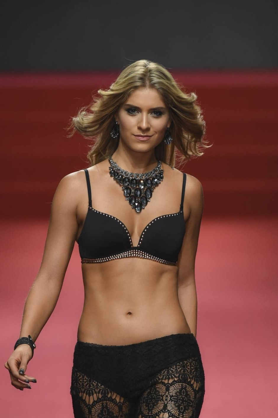 a236f075d Modelos mais bonitas da Colômbia desfilam para marca de lingeries ...